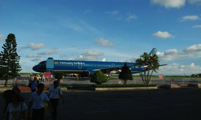 Dráma az utasszállítón: rossz helyen szállt le a repülő, a gépen rekedtek az utasok