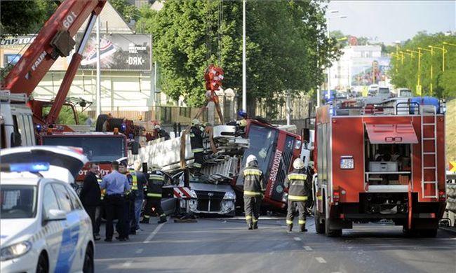 Megrázó részletek: megfulladt a férfi Budapesten, akinek kocsijára dőlt egy tűzoltóautó