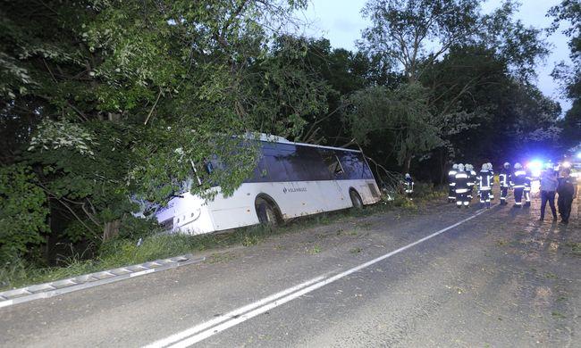 Megérkeztek az első fotók a súlyos Pest megyei buszbalesetről