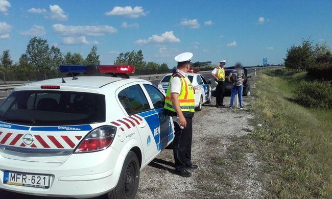 Bajba jutott egy család az autópályán, így segítettek rajtuk a rendőrök