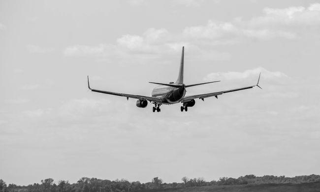 Riadalom a repülőn: a levegőben állt le a motor, majd kezdődött a rázkódás