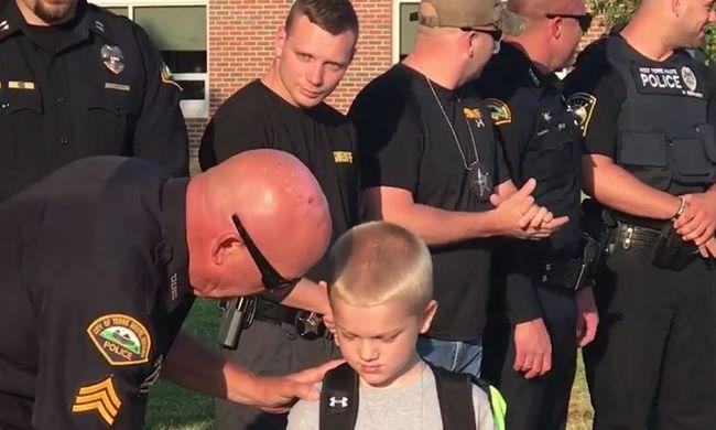 Szívszorító felvétel: rendőrök kísérték iskolába a kisfiút, akinek meghalt édesapja