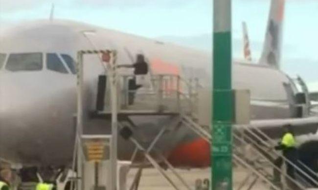 Botrány a reptéren: őrjöngő utas miatt nem tudott elindulni a gép - videó