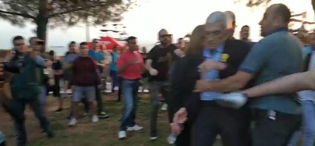 Rátámadt a tömeg a polgármesterre, a földön fekve is rugdosták