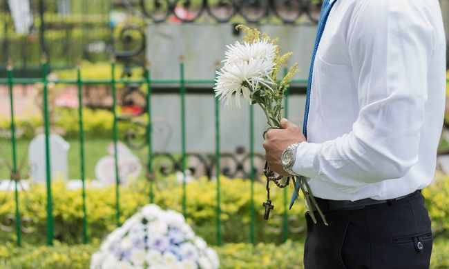 Jegyeket árul a saját temetésére egy férfi