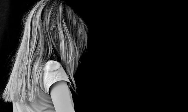 Véraláfutásokat keresett a meztelen kislányon, szörnyűségeket művelt a szomszéd