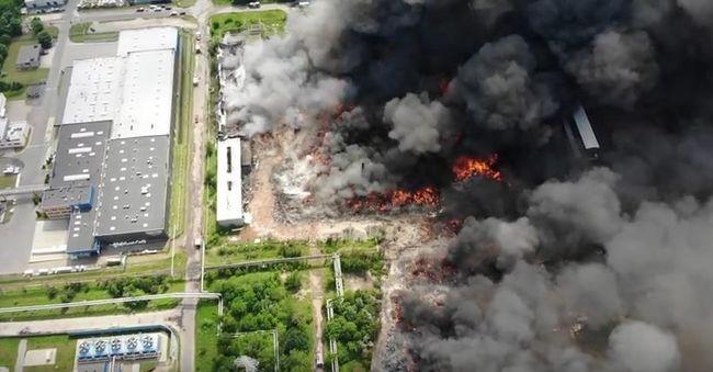Füst árasztotta el a környéket, hatalmas mennyiségű illegális szemét lángol napok óta