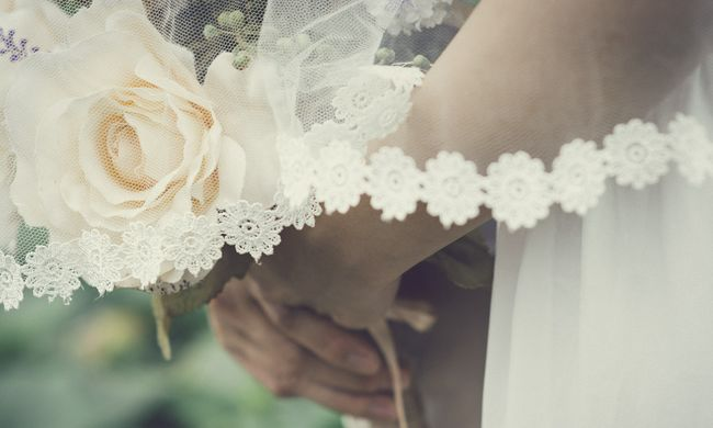 Hihetetlen videó: a menyasszony élőben közvetítette, ahogy felültette őt a vőlegény