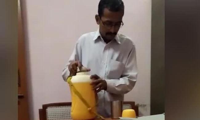 Nők ezrei utálják ezt a férfit: durva dolgot tett a főnöknője italával