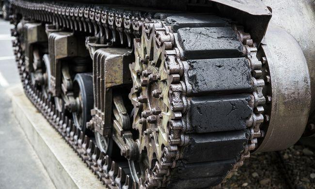 Különös jelenetet néztek végig a lakók: tankot üldöztek a rendőrök