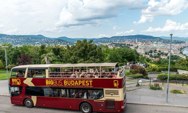 Lopott buszokkal viszik a turistákat a pesti utcákon?