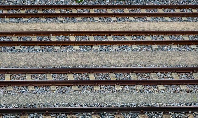 Áthajtott a síneken fekvő nő felett a személyvonat