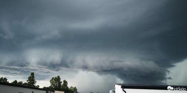 Rémisztő fotó jött: szupercella hozta Sopronba az óriási vihart, már most nagy károkat okozott