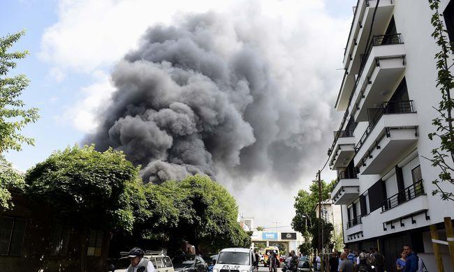 Brutális helyszíni fotók jöttek a budapesti raktártűzről, lángol az épület