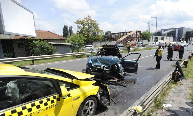 Többen megsérültek, fotók érkeztek a súlyos Ferihegyi úti balesetről