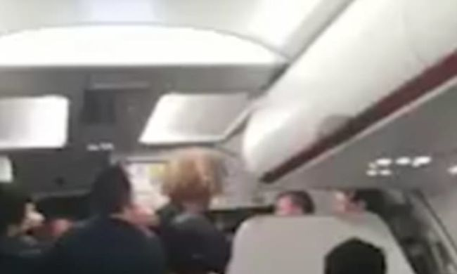 Megverték a légiutas-kísérőt mert 2 órát késett a gép-Videó
