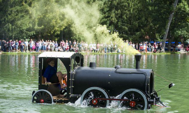 Ki hitte volna, hogy egy mozdonnyal is lehet csónakázni