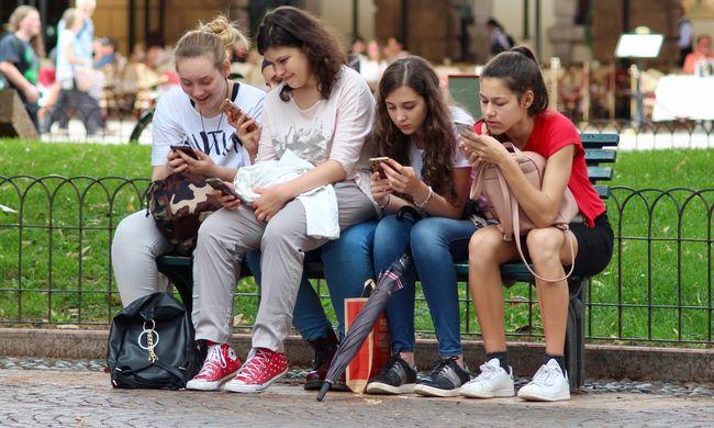 Megdöbbentő eredmények: az emberek fele inkább a fürdésről mond le, mint a telefonjáról