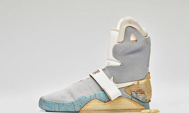 Elkelt a Vissza a jövőbe önbefűzős cipője, de olyan rossz állapotban van, hogy szállítani sem nagyon lehet