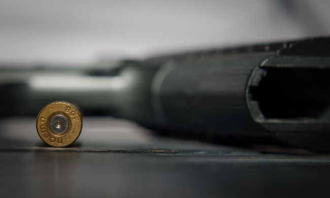 Ijesztő jelenet Óbudán, fegyvert fogott egy férfi a bankból kilépőkre