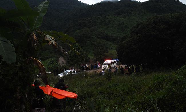 Itt az első hivatalos videó a barlangban rekedt gyerekek mentéséről