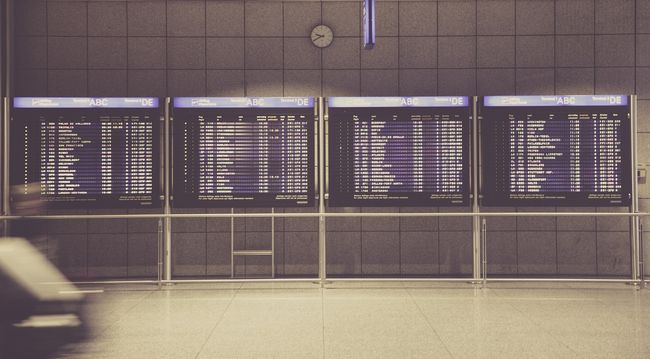 Pánik a reptéren: késsel és bombával fenyegetőzött egy utas