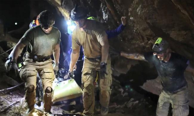 Botrány robbant a thaiföldi mentés után: az akció vezetője összekapott a milliárdossal