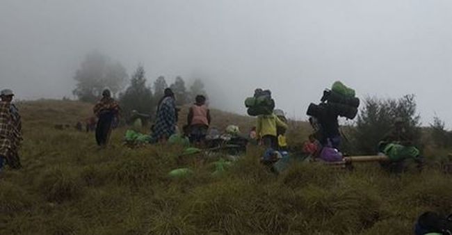 Több száz turista került bajba, egy vulkánon rekedtek