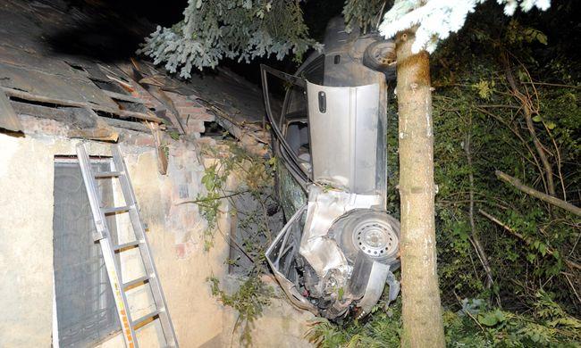 Háztetőbe csapódott egy autó Óbudán - felvételek a tragédiáról