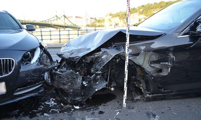 Durva helyszíni fotók a brit turisták balesetértől, a rakparton hajtottak szembe a forgalommal