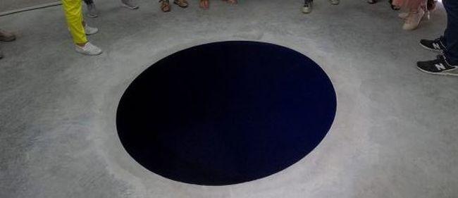 Ilyen nincs: fekete lyukba zuhant egy férfi