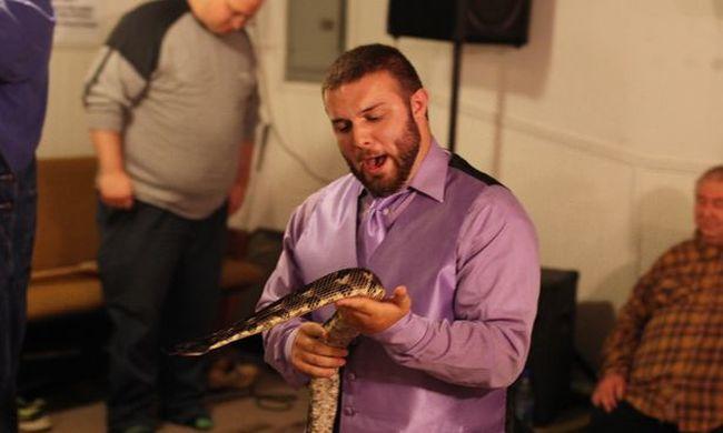 Mise közben mart bele a lelkipásztor fejébe egy kígyó-Videó