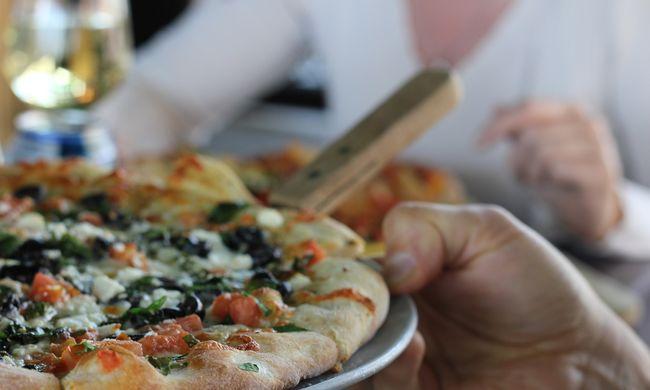 Botrány a pizzériában, videó készült ez ételre köpködő dolgozóról
