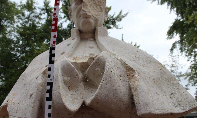 Többmilliós kárt okozott a komáromi ámokfutó: megrongálta a bíboros szobrát