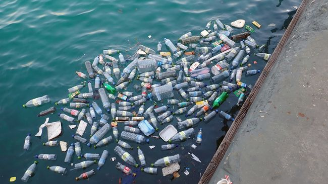 Itt a jövő? Nemsokára műanyagszemetet tankolhatunk az autókba