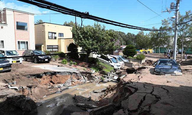 Házakat temetett maga alá a föld, eltűntek az utak: tovább nőtt a földrengés halálos áldozatainak száma
