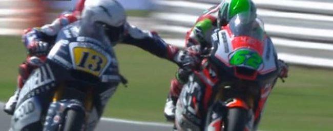 Üzent a motoros, aki verseny közben meghúzta ellenfele fékkarját
