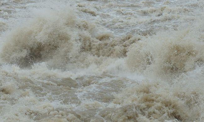 Vészhelyzet a turistaparadicsomban: erkélyeket szakítottak le a hullámok - videó