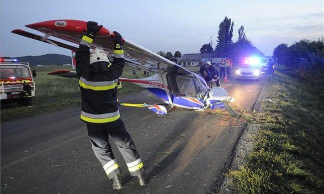 Helyszíni fotó jött: az árokba csúszott egy repülő Budakeszinél