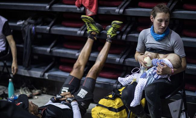 Emberfeletti teljesítmény: megszólalt a verseny közben babáját szoptató futó