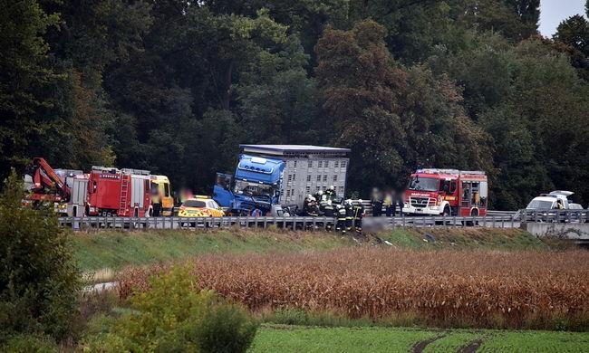 Ennyi maradt a kamionnal ütköző autókból-Fotók