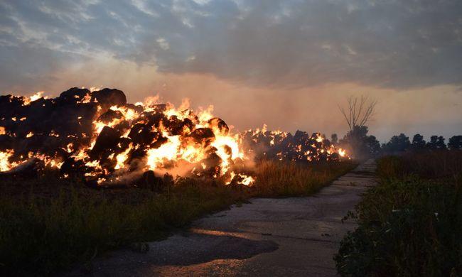 Elképesztő látványt nyújtottak a lángoló szalmabálák Földeáknál, direkt gyújtotta fel őket egy fiatal