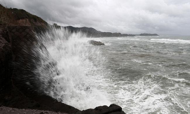 Több száz légi járatot töröltek az időjárás miatt, százezreket érint a fennakadás Japánban