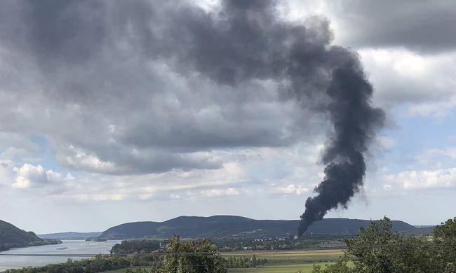 Helyszíni fotó érkezett az üzemtűzről, ez a helyzet most Szobnál