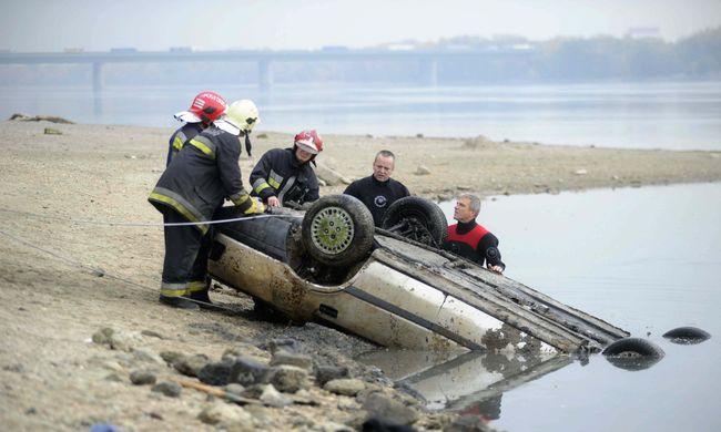Fotók a Dunából előbukkanó autóról, így emelték ki a folyóból a járművet