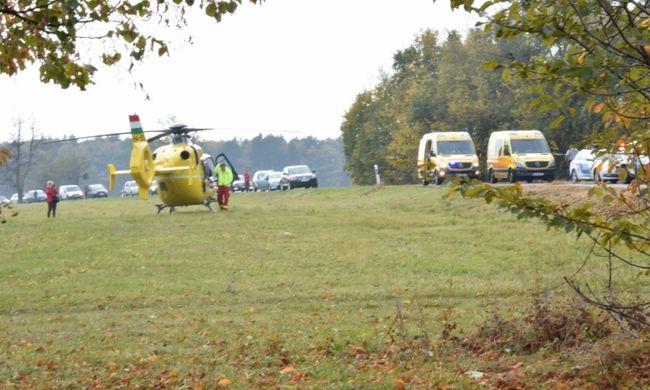 Mentőhelikopter érkezett Csesznekre, fotók a halálos balesetről