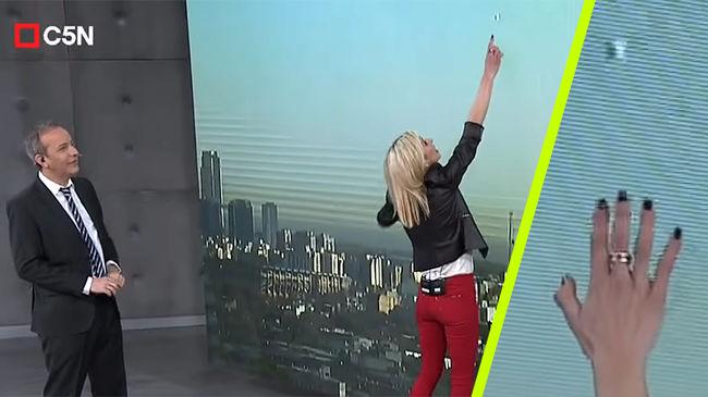 UFO-t vett észre a műsorvezető az élő adás kivetítőjén...