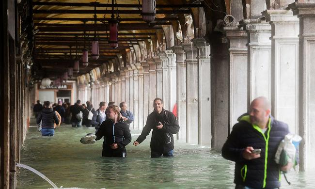 Az éttermekben is áll a víz Olaszországban, hihetetlen videó a kiszolgálásról