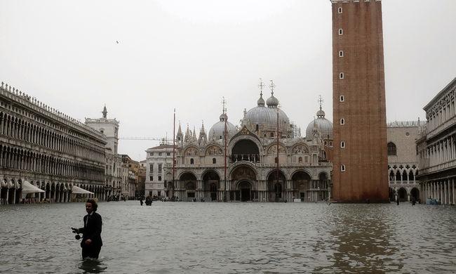 Egy évtizede nem volt ilyen: derékig érő víz öntötte el a turisták egyik kedvelt olasz városát - fotók
