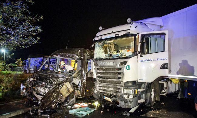 Megrázó részletek a móri balesetről: az életükért könyörögtek a kisbuszba ragadt emberek